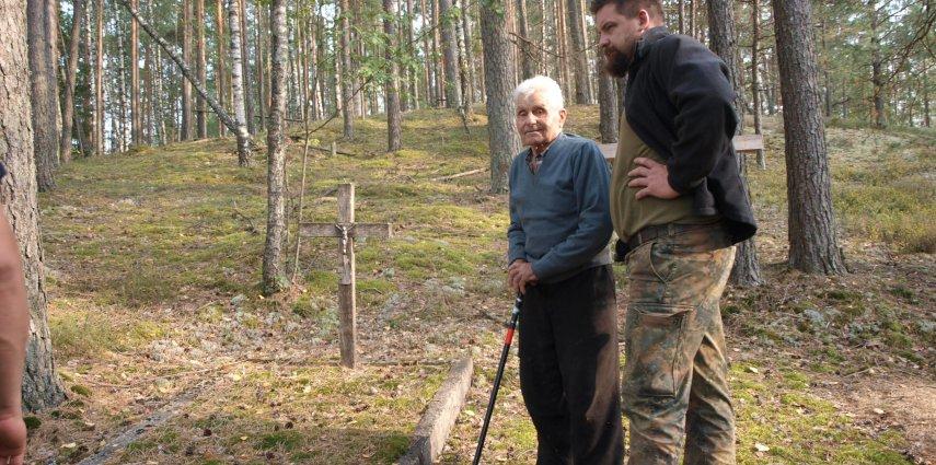 Pan Wacław Kowalewski i Ivan Mulin z Brctwa Bartnego na starym cmentarzu nieistniejącej miejscowości - Rudni Nalibockiej Fot. Klaudia